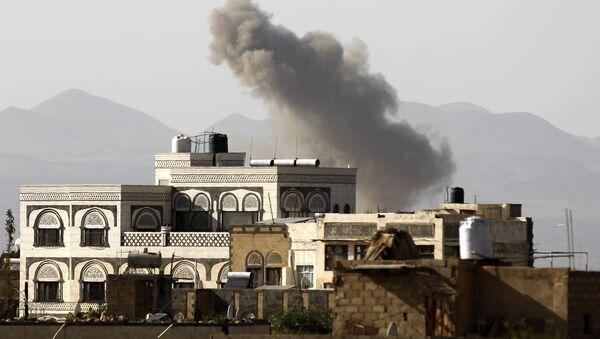 Kouř nad městem Sanná po bombardování Saúdskou Arábií - Sputnik Česká republika