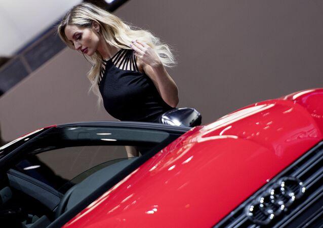 Modelka vedle Audi S5 v Detroitu. Ilustrační foto