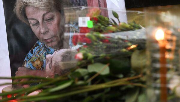 Цветы у офиса МОО Справедливая помощь в память о Елизавете Глинке, погибшей в авиакатастрофе Ту-154 - Sputnik Česká republika