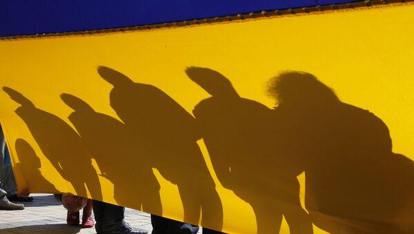 Lidé s ukrajinskou vlajkou v centru Kyjeva - Sputnik Česká republika