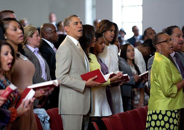 Obama s manželkou a dcerami v kostele