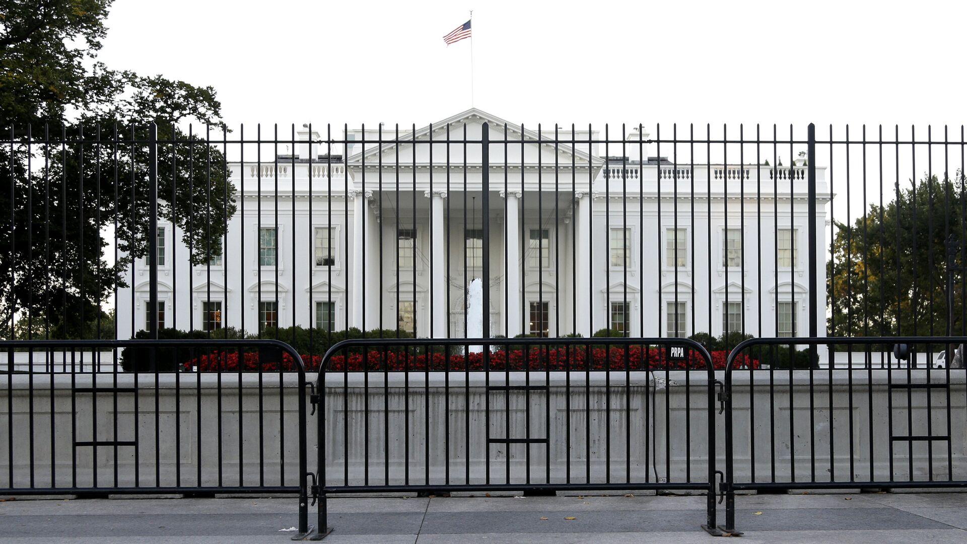 The White House is viewed from Pennsylvania Avenue in Washington. - Sputnik Česká republika, 1920, 27.07.2021
