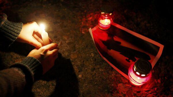 Lidé přinášejí svíčky, aby uctili památku obětí havárie Tu-154 - Sputnik Česká republika