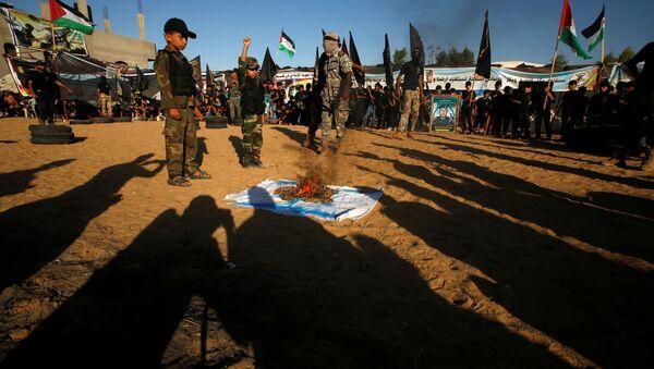 Palestinci spalují izraelskou vlajku - Sputnik Česká republika
