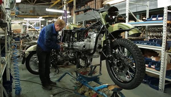 V USA začali prodávat motocykly Ural vybavenými lahví vodky - Sputnik Česká republika