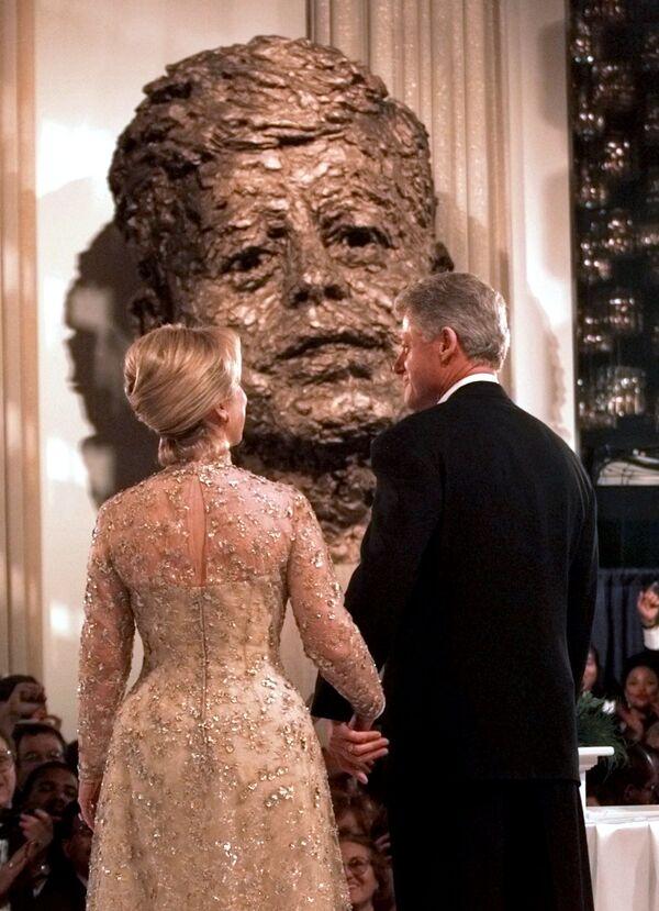 Хиллари Клинтон и её супруг Билл Клинтон на балу в Вашингтоне, 1997 год - Sputnik Česká republika