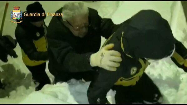 Při záchranné operaci byli z laviny vytaženi dva lidé - Sputnik Česká republika