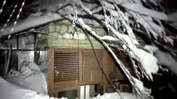 Ve středu večer sněhová lavina způsobená pravděpodobně silným zemětřesením zcela zasypala hotel Rigopiano di Farindola v centrální italské oblasti Abruzzo - Sputnik Česká republika