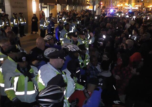 V předvečer inaugurace se ve Washingtonu odehrál mítink proti zvolenému prezidentovi USA Donaldu Trumpovi