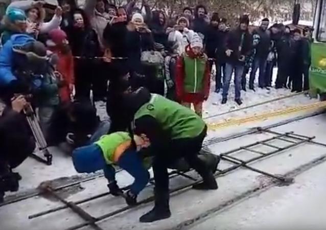 Sibiřanka ve dvacetistupňovém mrazu posunula dvě tramvaje