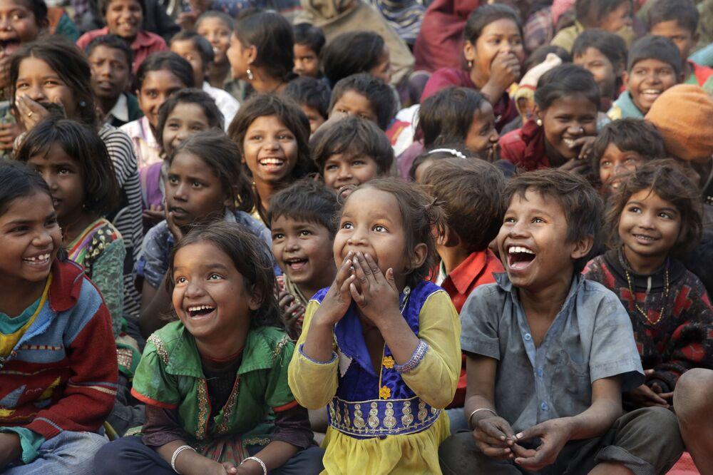 Děti z chudých rodin na představení v rámci hnutí proti dětské práci, Indie
