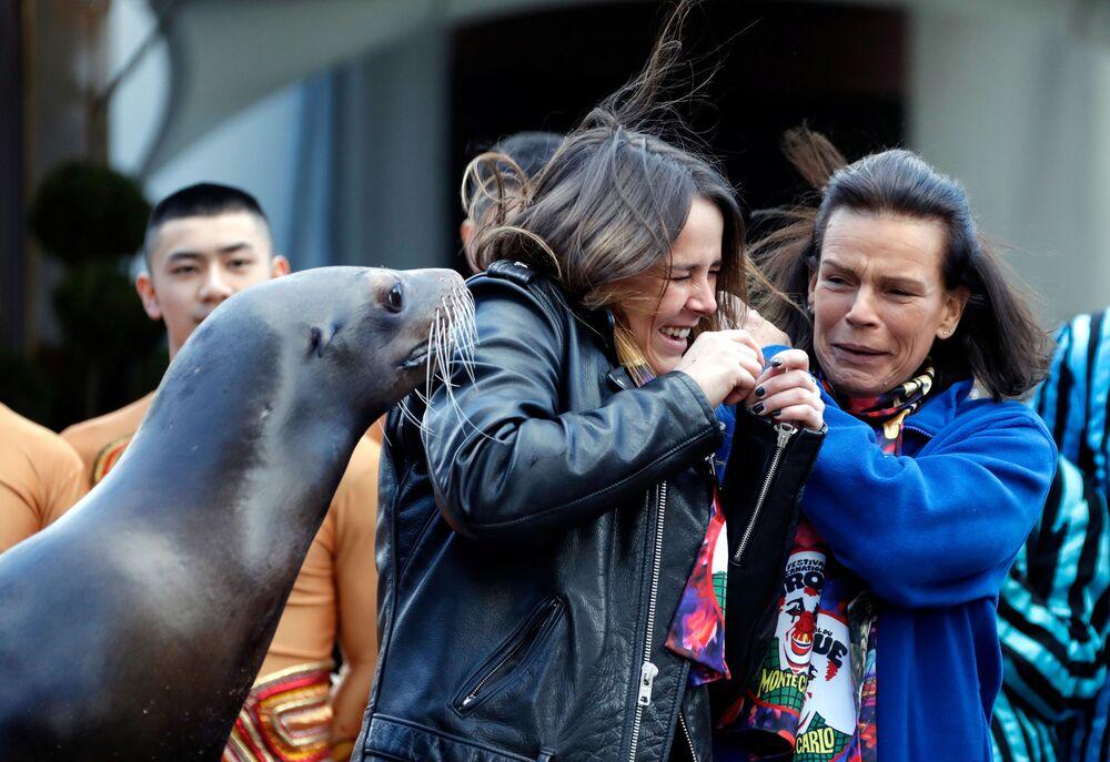 Monacká princezna Stefanie a její dcera Pauline Ducretová pózují s mořským lvem na mezinárodním cirkusovém festivalu v Monaku