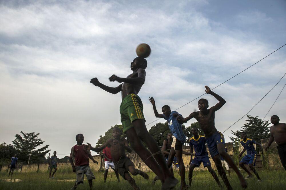 Chlapci hrají fotbal ve Franceville během Poháru afrických národů, Gabon