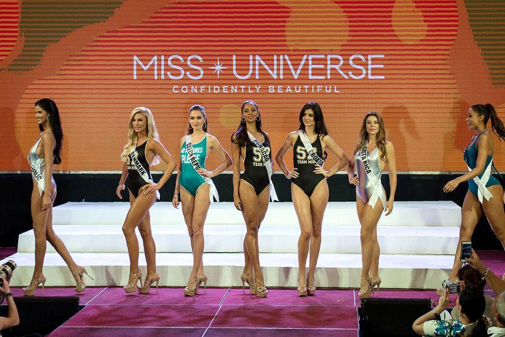 Účastnice soutěže krásy Miss Vesmír na Filipínách během defilé bikinek