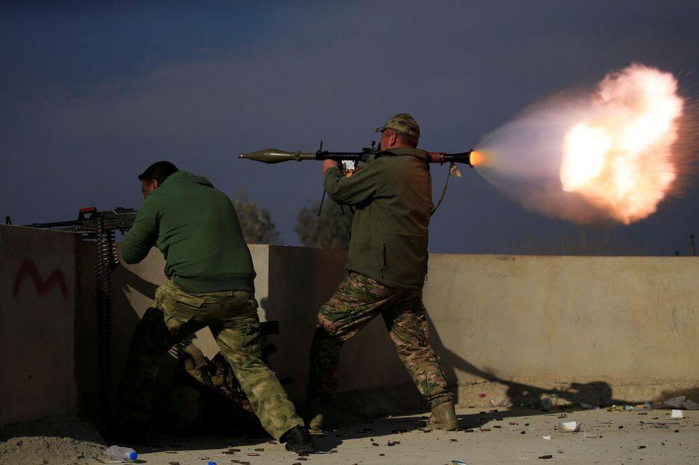 Iráčtí vojáci během srážky s bojovníky Islámského státu na jihu Mosulu, Irák