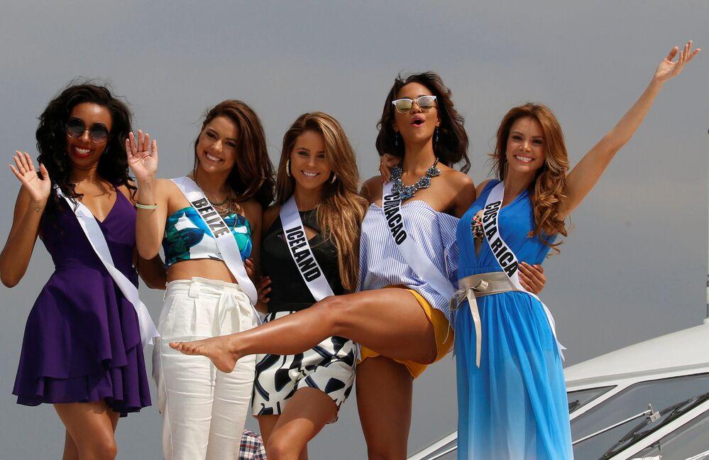 Účastnice soutěže Miss Vesmír pózují na palubě jachty v Manile, Filipíny