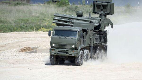 Hybridní samohybný protiletadlový systém krátkého a středního dosahu Pancir-S1 na náklaďáku KAMAZ-6560. - Sputnik Česká republika