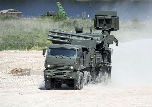 Hybridní samohybný protiletadlový systém krátkého a středního dosahu Pancir-S1 na náklaďáku KAMAZ-6560.