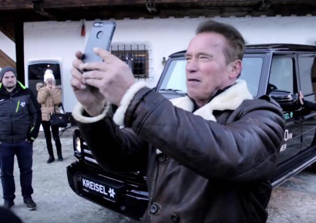 Schwarzenegger si vyzkoušel Gelandewagen na elektrický pohon