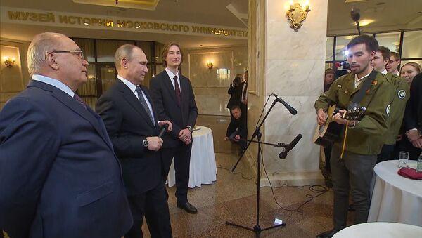 Vladimir Putin zapěl za doprovodu kytary - Sputnik Česká republika