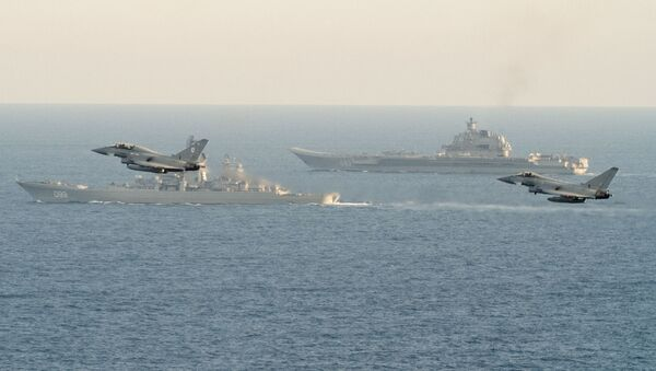 Let stíhaček NATO nad letadlovou lodí Admirál Kuzněcov - Sputnik Česká republika