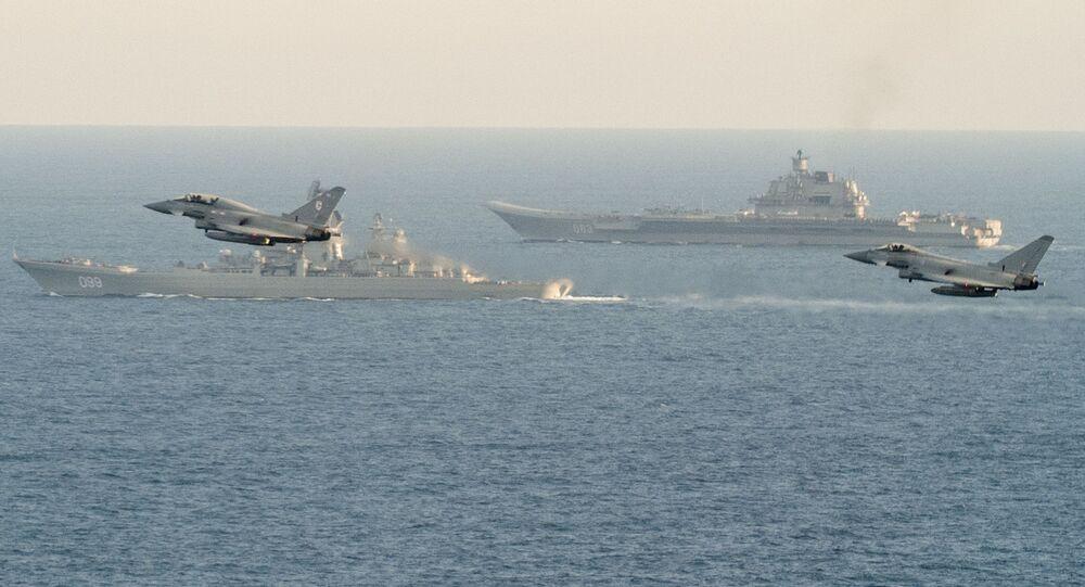 Let stíhaček NATO nad letadlovou lodí Admirál Kuzněcov