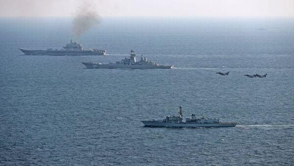 Britské lodě doprovázejí ruský letadlový křižník Admirál Kuzněcov - Sputnik Česká republika