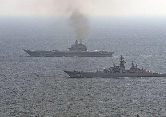 Britské loďstvo doprovází ruské lodě Petr Velký a Admirál Kuzněcov