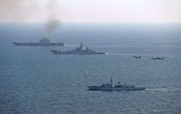 Britské lod'stvo a letectvo sledují křižník Admirál Kuzněcov - Sputnik Česká republika