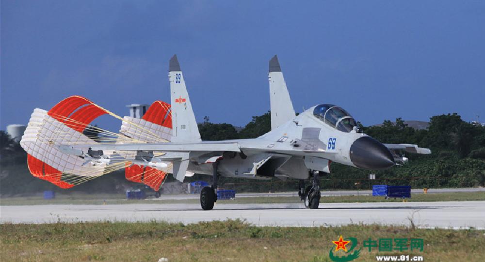 Čínská stíhačka J-16 po přistání. Ilustrační foto