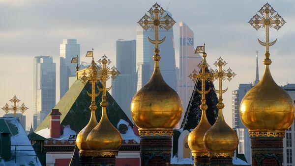 Купола собора Спаса нерукотворного образа и небоскребы Москва-сити - Sputnik Česká republika