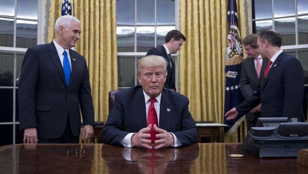 Americký prezident Donald Trump během porady v Bílém domě - Sputnik Česká republika