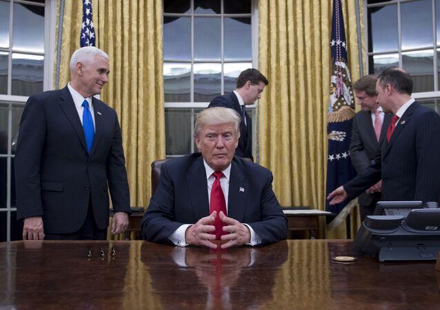 Americký prezident Donald Trump během porady v Bílém domě