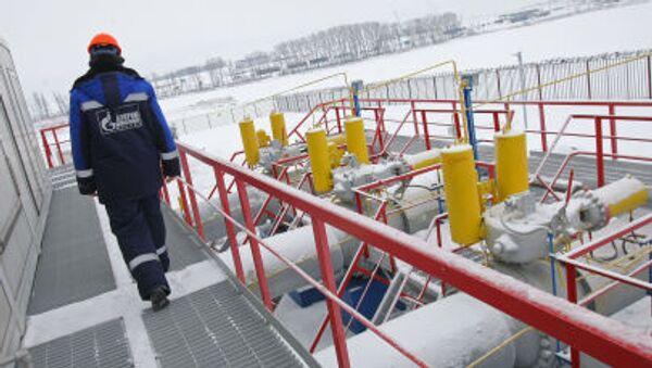 Pracovník Gazpromu na stanici měření plynu - Sputnik Česká republika