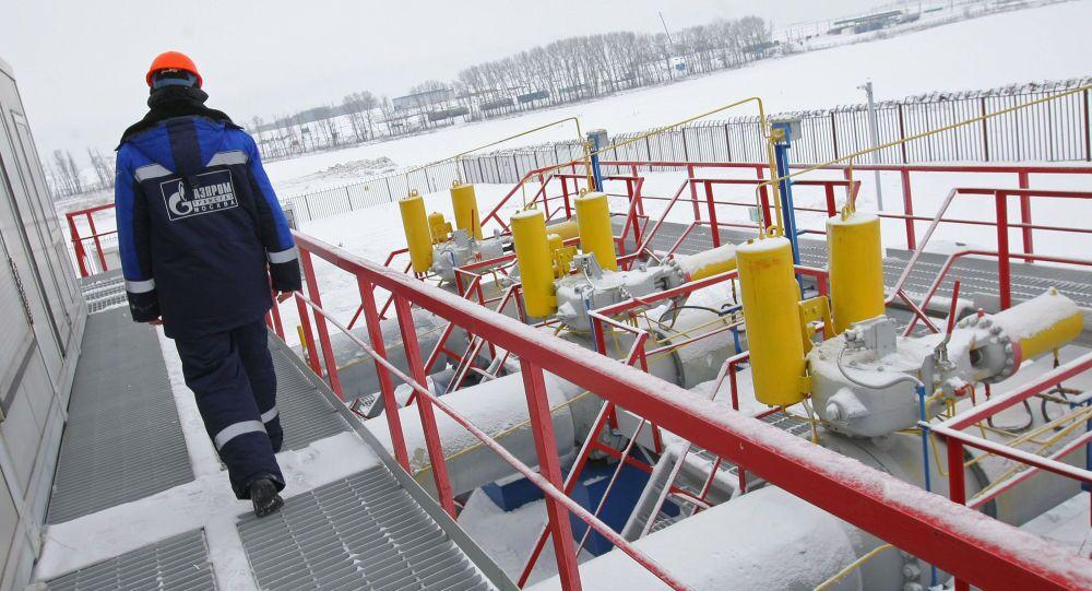 Pracovník Gazpromu na stanici měření plynu