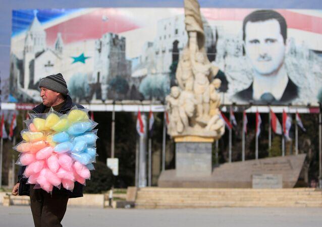 Prodavač cukrové vaty ve zničené čtvrti Aleppa