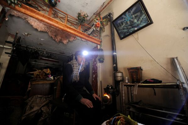 Muž ve zničeném obchodu v Aleppu - Sputnik Česká republika