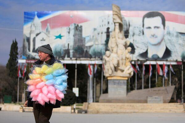 Prodavač cukrové vaty ve zničené čtvrti Aleppa - Sputnik Česká republika