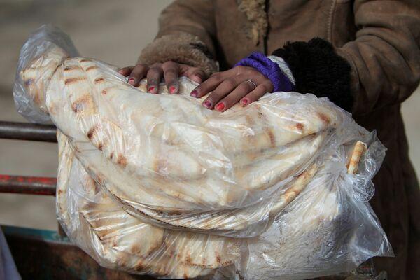 Chléb v rukou Syřanky - Sputnik Česká republika