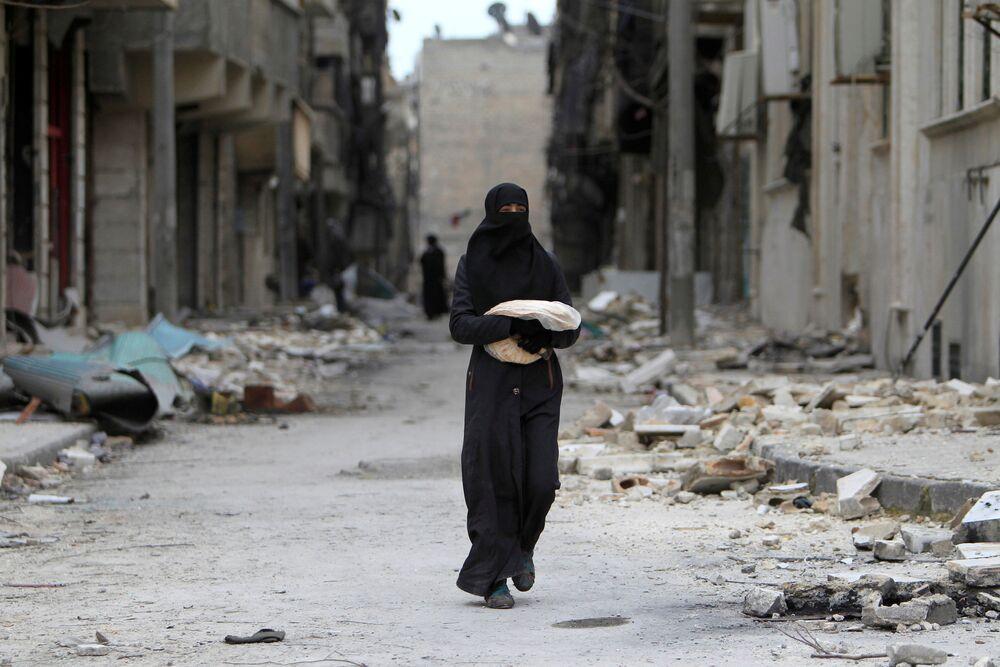 Syřanka nese chléb v Aleppu