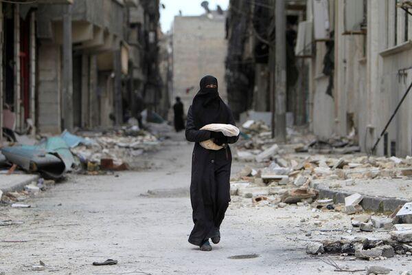 Syřanka nese chléb v Aleppu - Sputnik Česká republika
