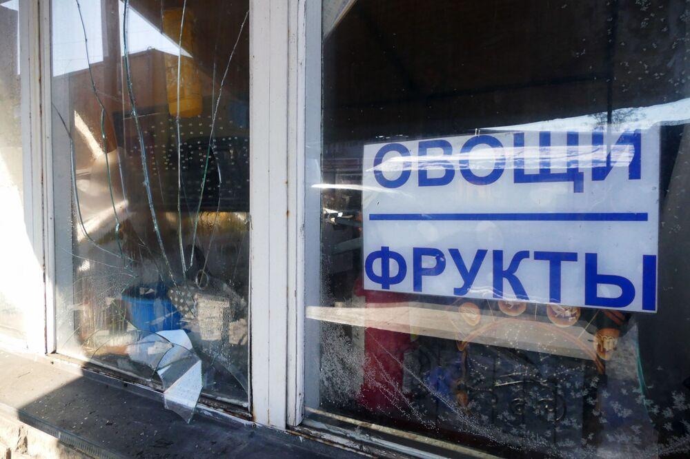 Rozbité výkladní skříně na tržnici po ostřelování ukrajinskými ozbrojenými silami