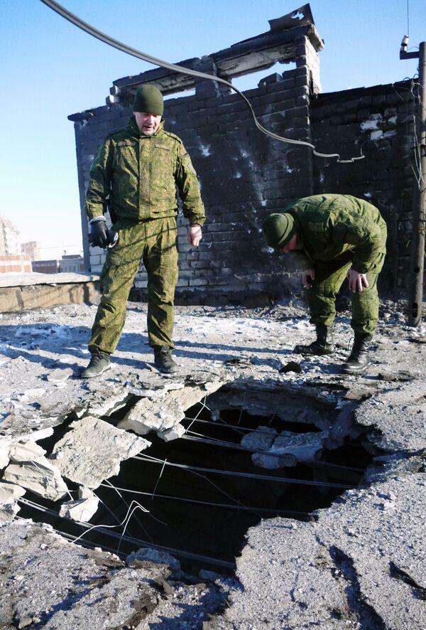 Střecha obytného domu v Doněcku poškozená ostřelováním ukrajinskými ozbrojenými silami - Sputnik Česká republika