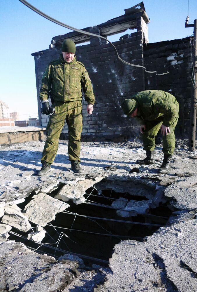 Střecha obytného domu v Doněcku poškozená ostřelováním ukrajinskými ozbrojenými silami
