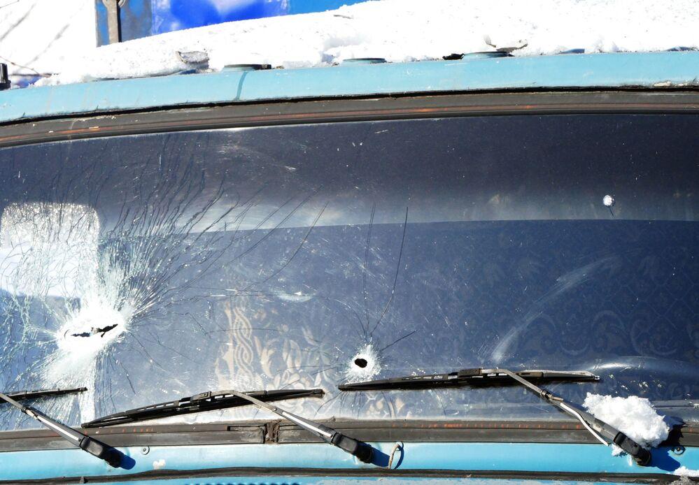 Rozbité čelní sklo auta po ostřelování ukrajinskými ozbrojenými silami