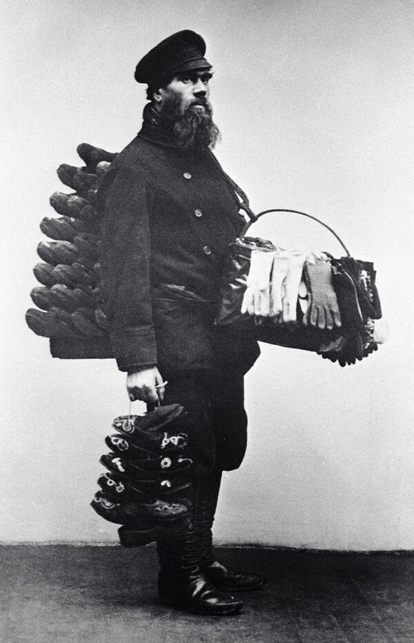 Moskevský prodavač bot a rukavic, rok 1913 - Sputnik Česká republika