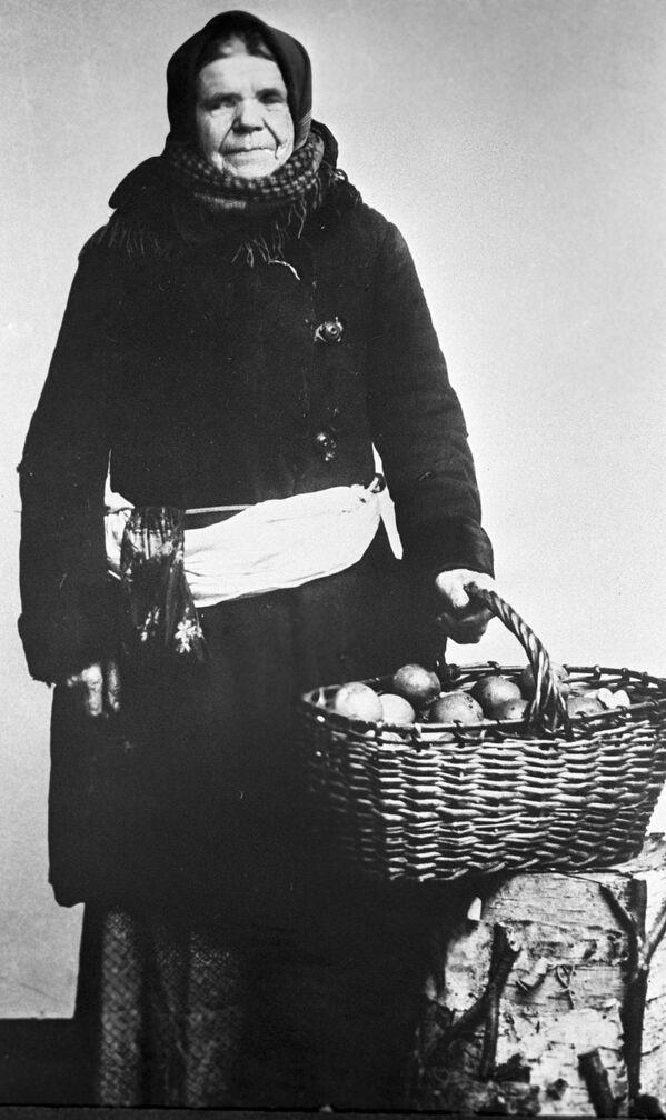 Moskevská prodavačka jablek, rok 1913 - Sputnik Česká republika