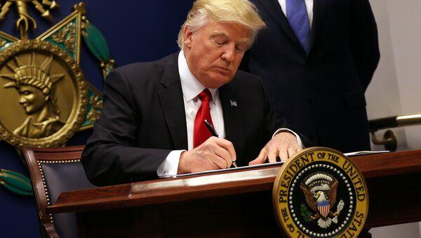 Donald Trump podepisuje nařízení ohledně migrantů - Sputnik Česká republika
