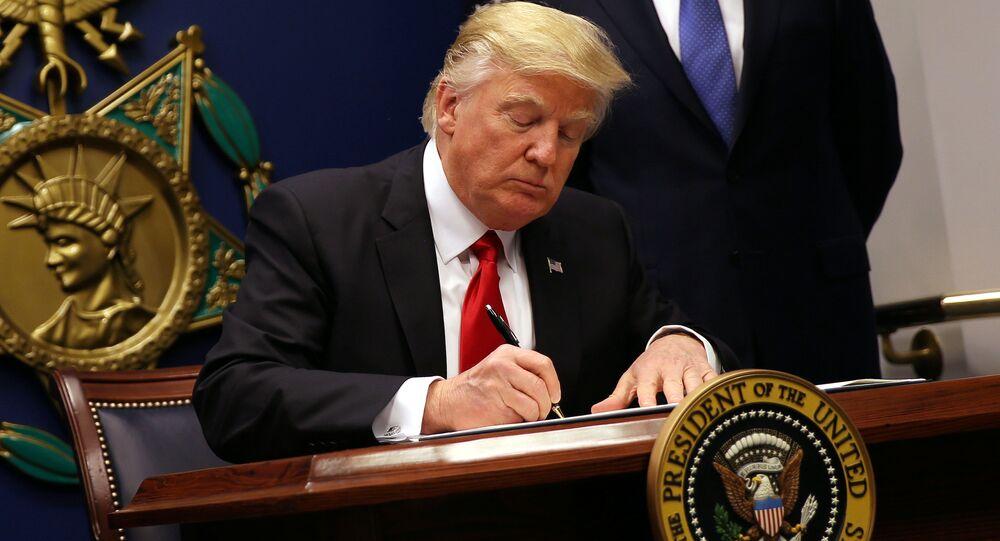 Donald Trump podepisuje nařízení ohledně migrantů