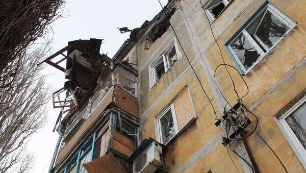 Dům poškozený během ostřelování v Doněcku - Sputnik Česká republika